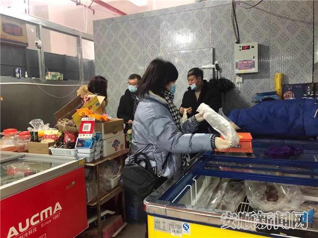 西秀区市场监督管理局工作人员开展冷链食品安全检查.jpg