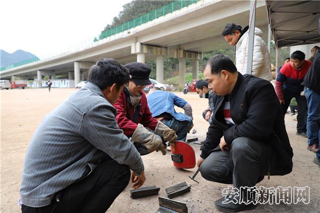 电焊培训老师正在指导搬迁群众焊接技巧.jpg