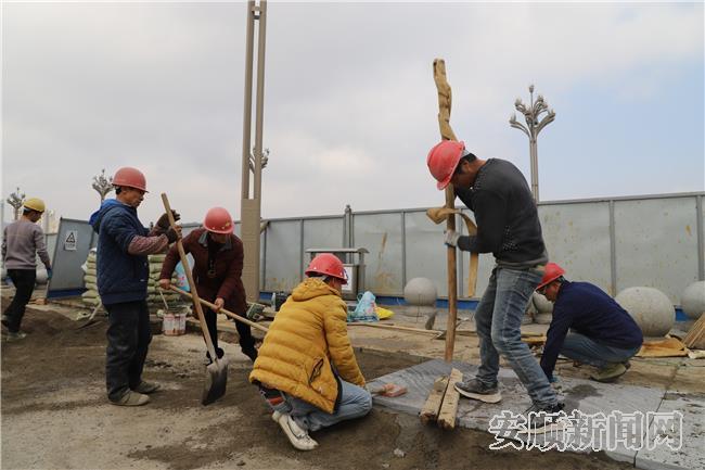 工作人员正在铺设地砖.jpg