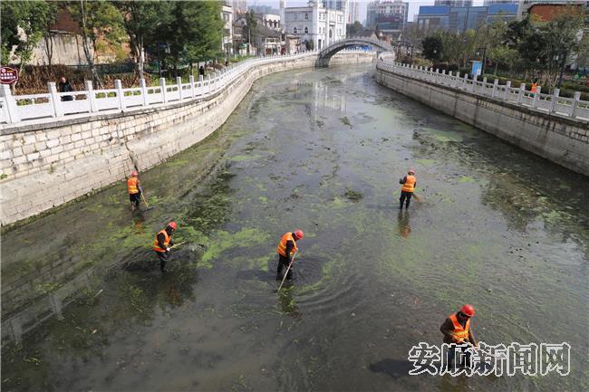 工作人员正在清理河道.jpg