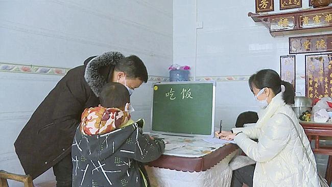"""关岭特殊教育学校的教师为残疾儿童""""送教上门"""".jpg"""