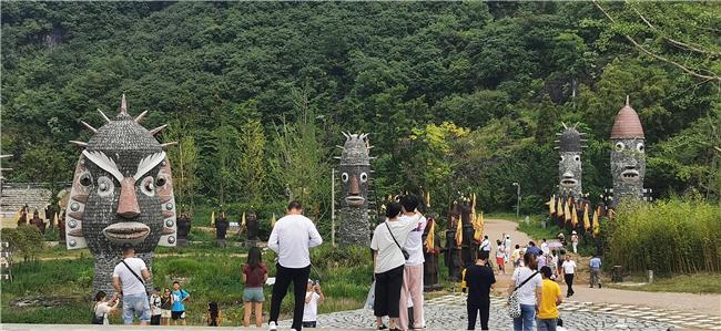 游客参观藤甲谷.jpg