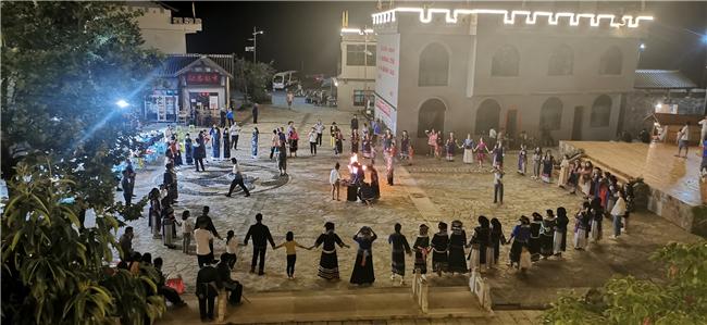 夜晚篝火晚会游客与当地村民载歌载舞.jpg