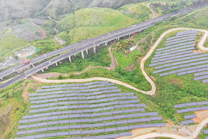 高速公路与关岭光伏区隔山相对.jpg