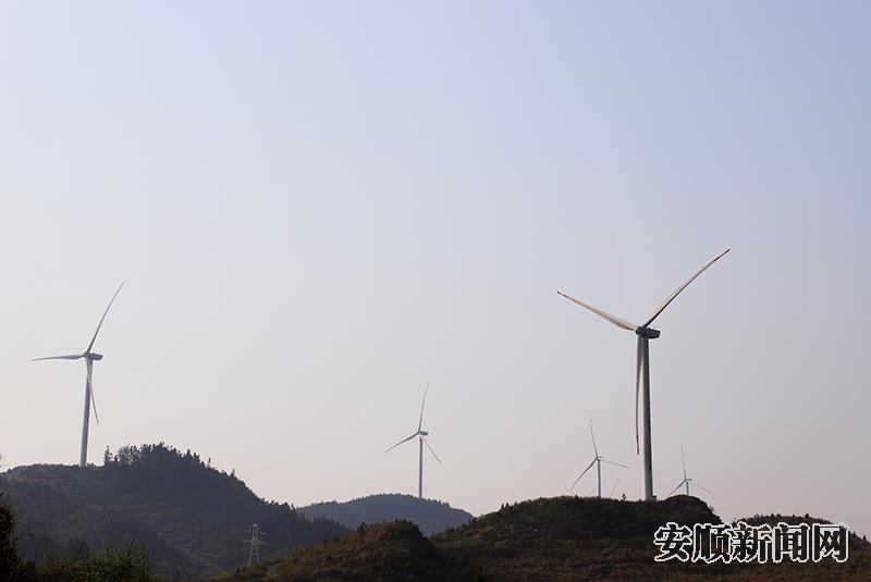 关岭自治县普利乡长田村的风力发电机组.jpg
