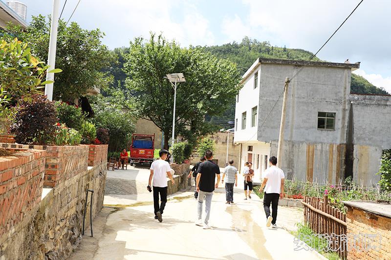 板当镇硐口村村内干净整洁的面貌.jpg