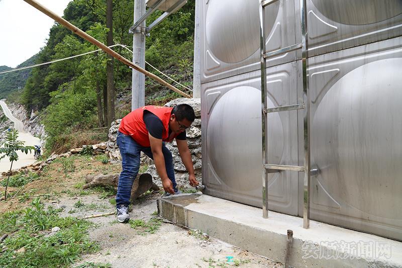 紫云戈枪村村民房前的蓄水箱.jpg