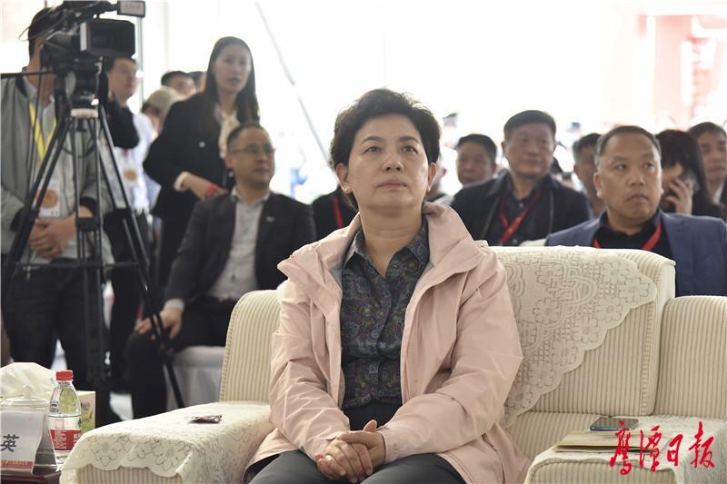 徐蓉摄-市政协主席戴春英出席开幕式.jpg
